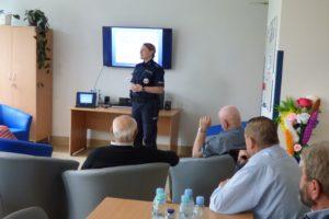 Seniorzy wzięli udział w wykładzie przygotowanym przez policjantów z Komendy Powiatowej Policji.