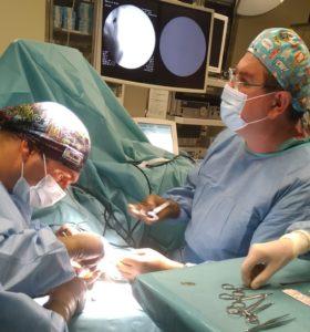 dr-Florek-i-dr-Szklanny-w-trakcie-zabiegu-957x1024