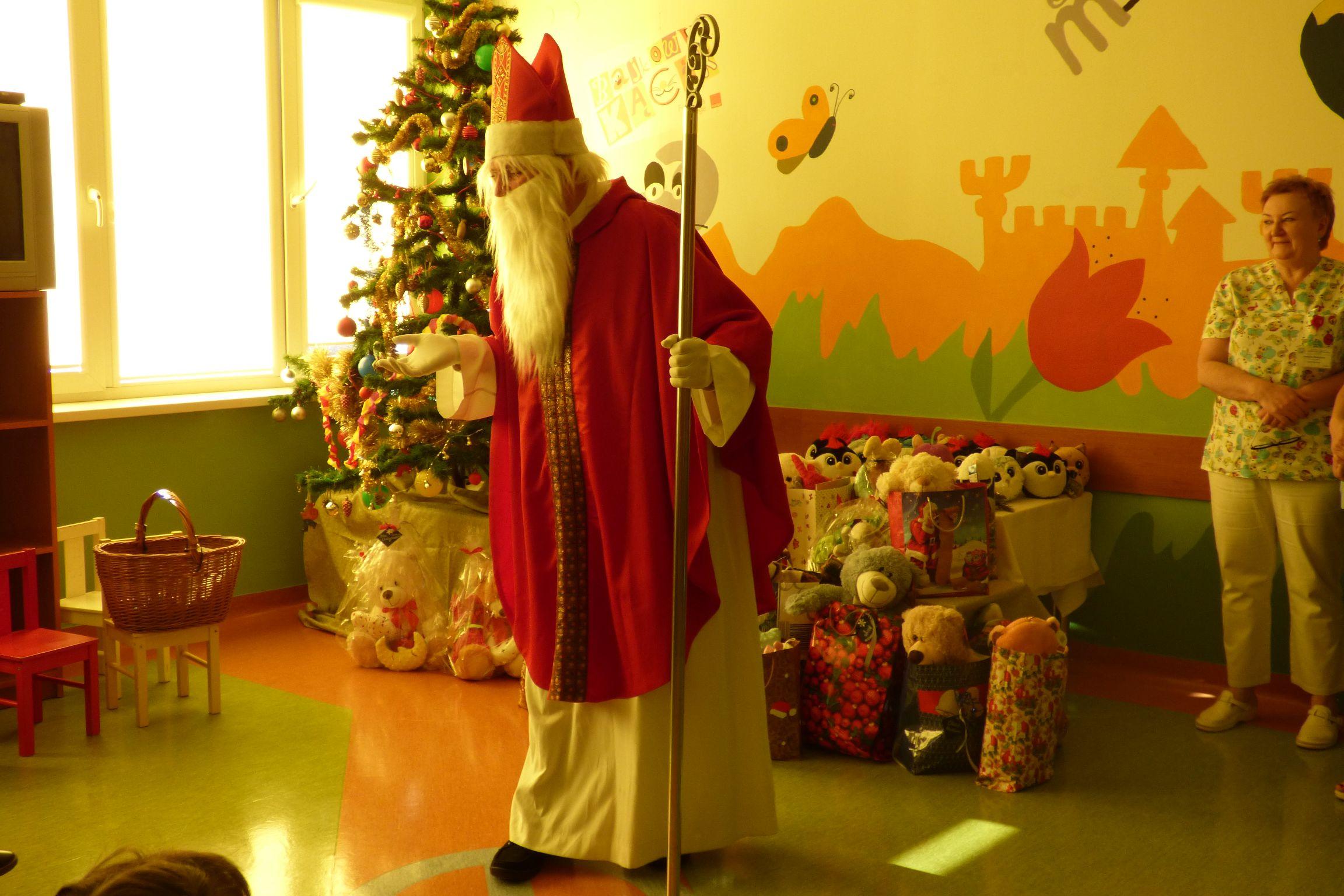 Spotkanie Świętego Mikołaja z małymi pacjentami w Oddziale Dziecięcym