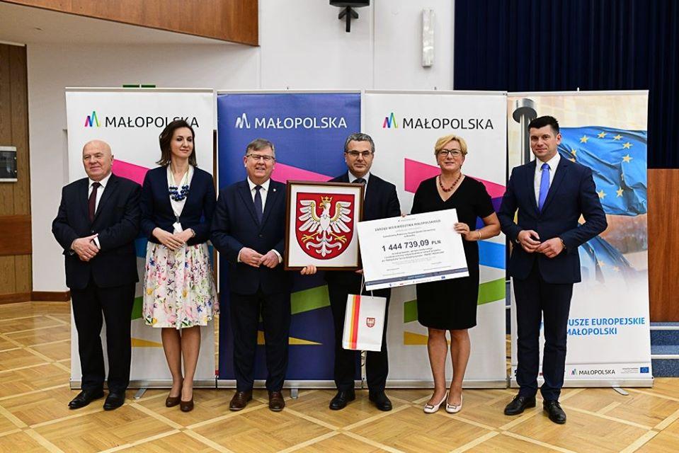 Wręczenie symboliczne czeku w ramach Pakietu Medycznego Małopolskiej Tarczy Antykryzysowej
