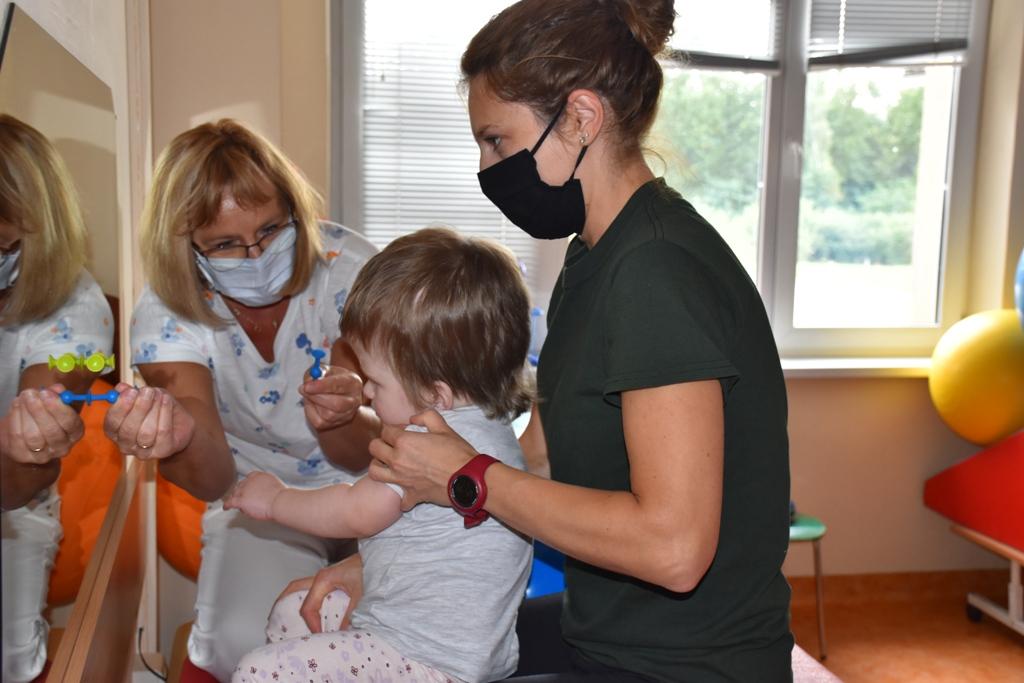 fizjoterapetki pracujące z dzieckiem przed lustrem