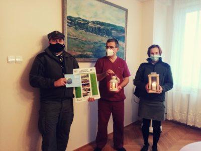 harcerze-z-Hufca-w-Brzesku-przekazują-światło-betlejemskie-dyrektorowi-szpitala