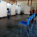 wnętrze punktu szczepień z boksami i krzesłami dla pacjentów