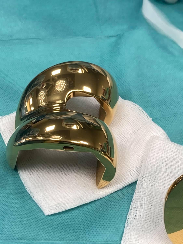 endoproteza w kolorze złotym