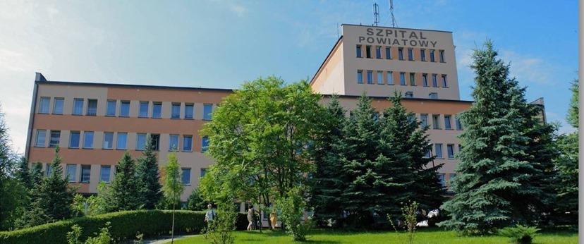 widok na budynek szpitala od frontu z drzewami na pierwszym planie